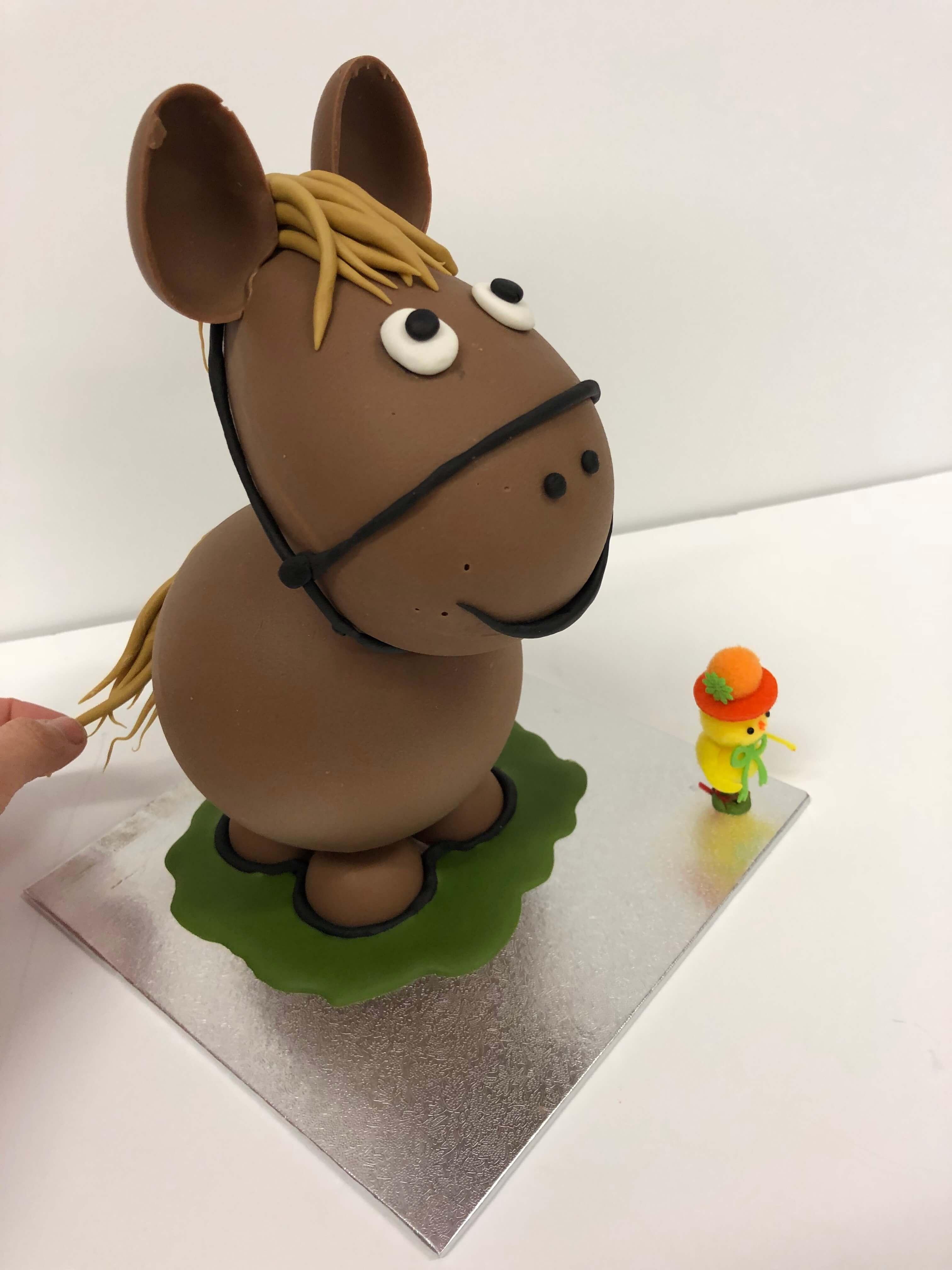 figura de pascua huevo de pascua chocolate caballo