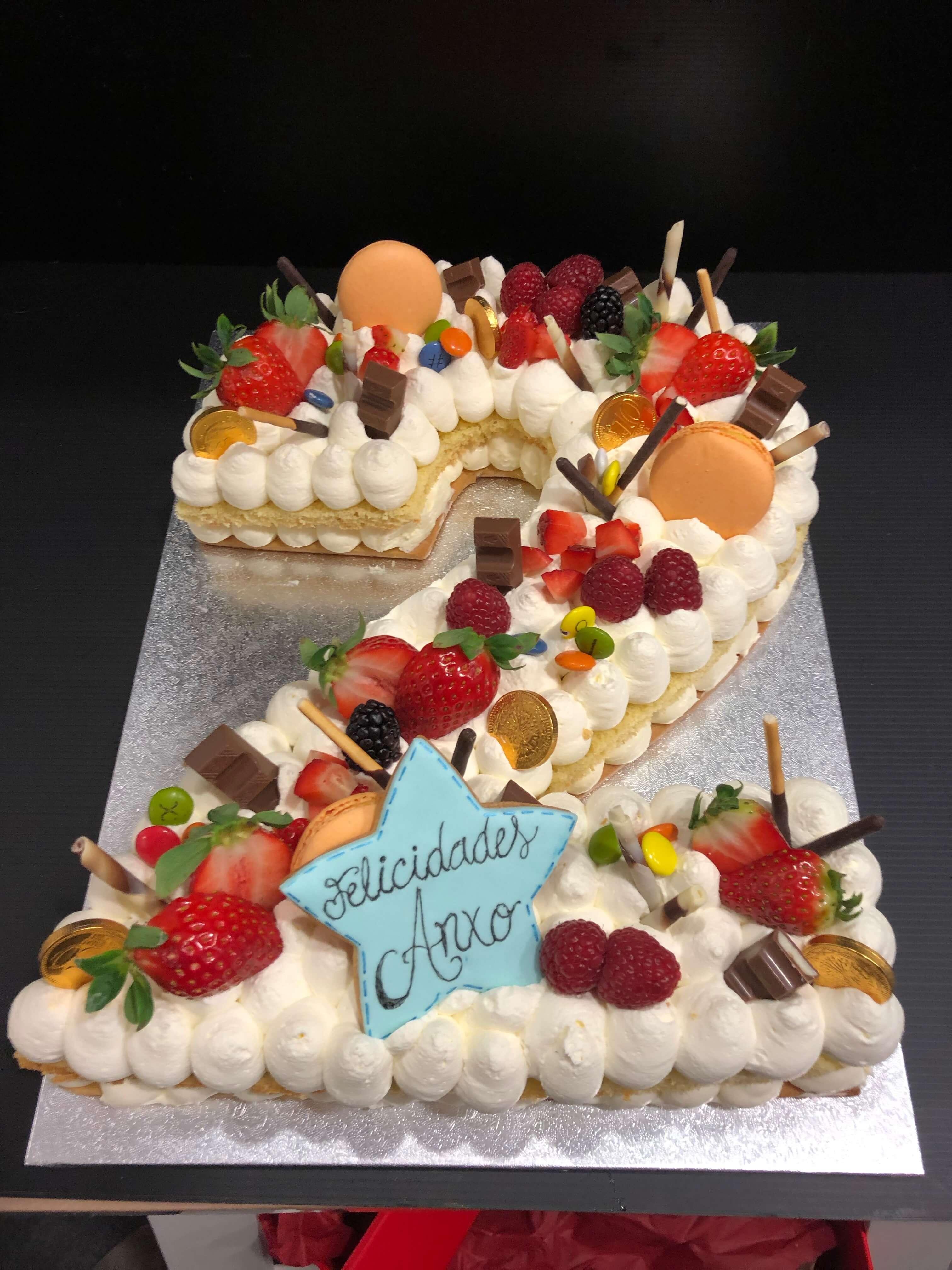 Tarta números y letras coruña letter cake tarta Numeros o letras cumpleaños coruña personalizada  letras y flores preciosa y rica