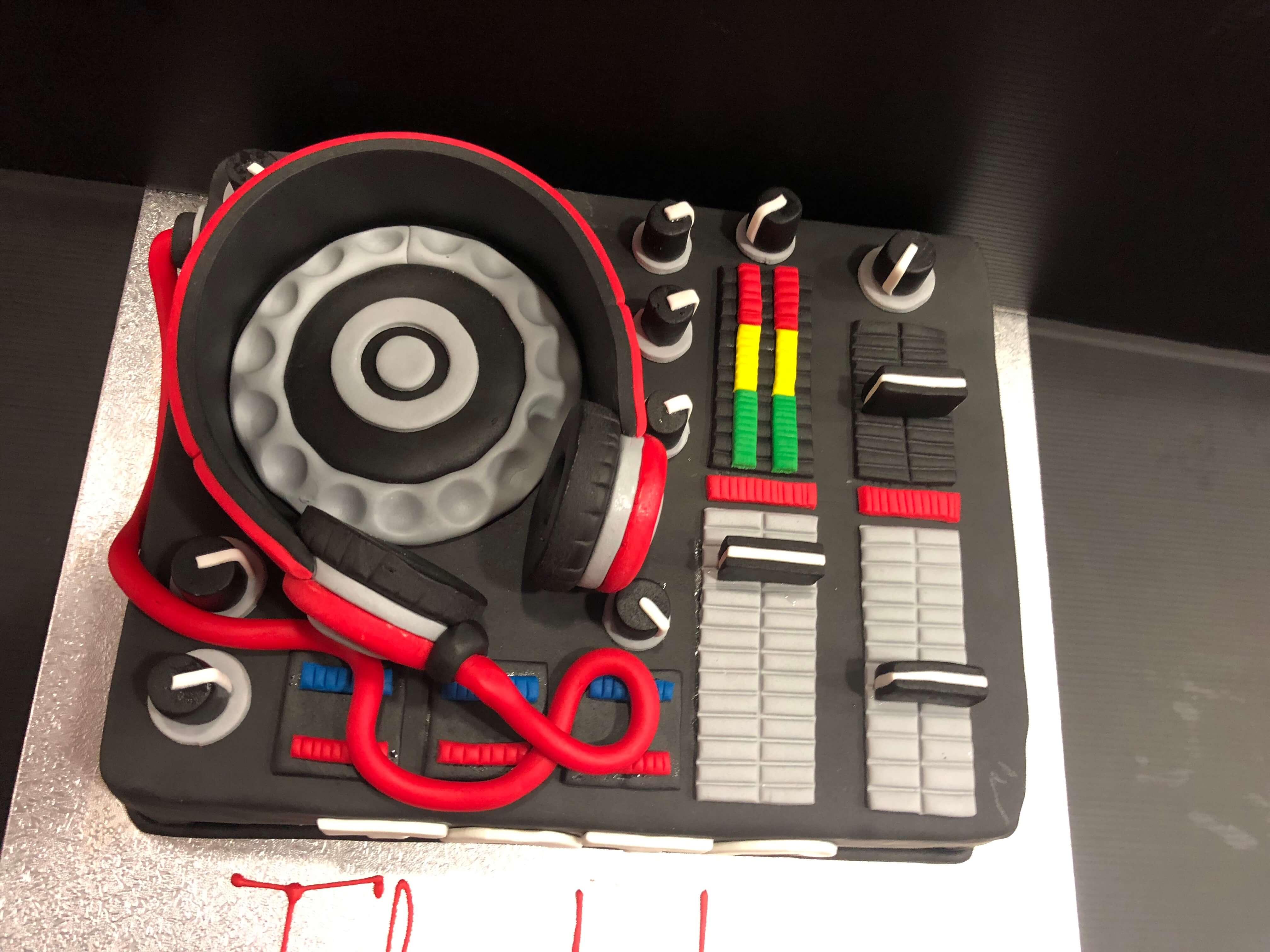 Tarta personalizada mesa de mezclas DJ coruña
