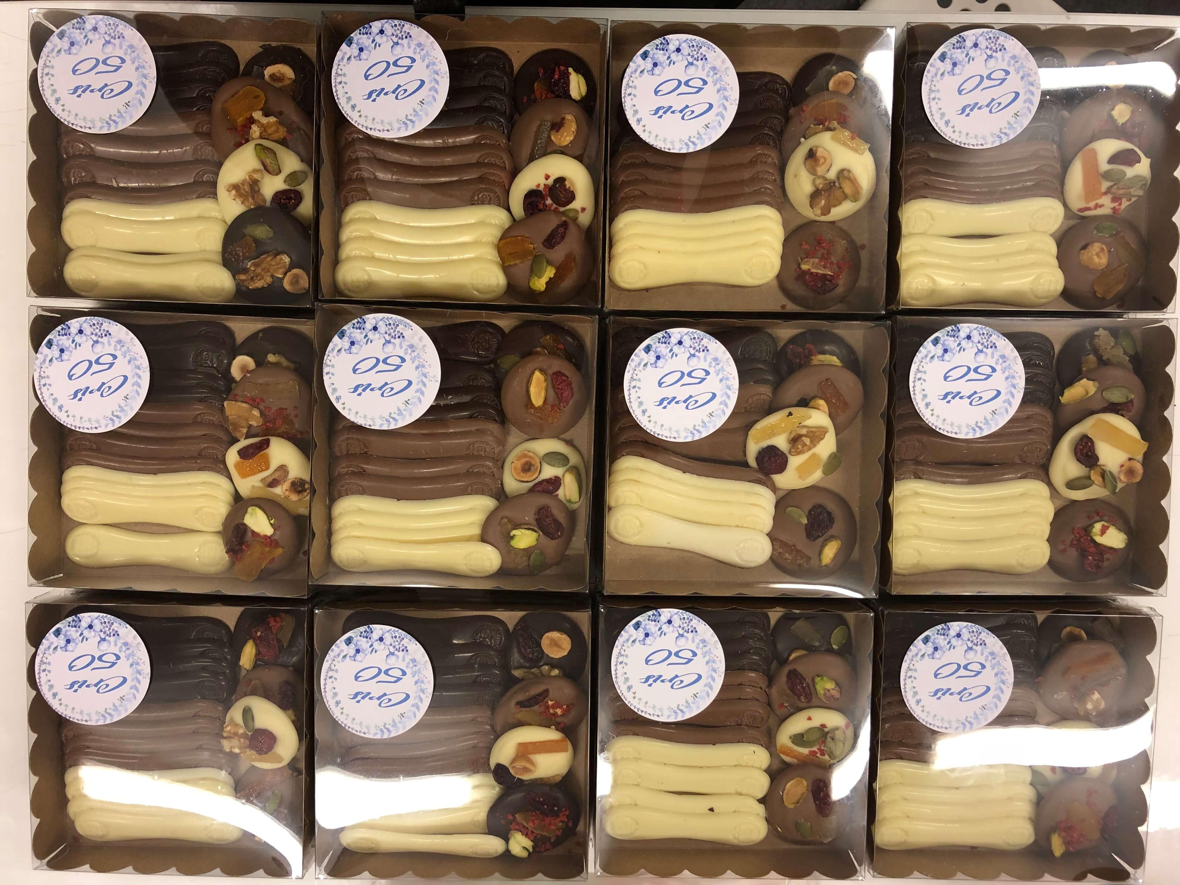 Caja regalo chocolates variados bombones lenguas de chocolate coruña